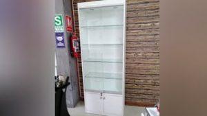 Vitrina-exhibidor-de-melamina-con-puertas-corredizas-de-vidrio