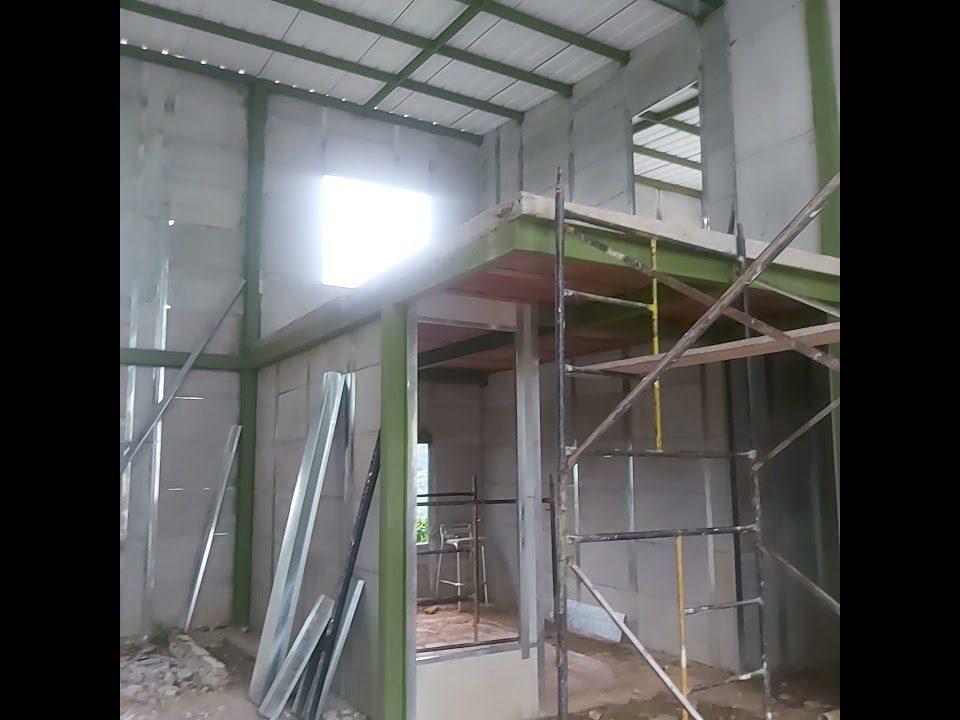 construccion-de-casa-prefabricada-en-obra-gris-2-pisos